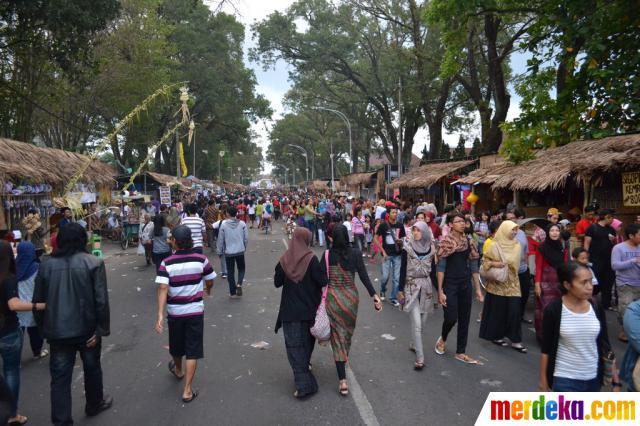 Suasana sore hari di Festival Malang Kembali 2012 yang mulai ramai oleh pengunjung.