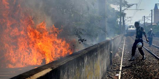 Kebakaran di kolong rel Cikini, perjalanan KA terhambat